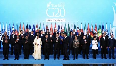 +++ ANSA PROVIDES ACCESS TO THIS HANDOUT PHOTO TO BE USED SOLELY TO ILLUSTRATE NEWS REPORTING OR COMMENTARY ON THE FACTS OR EVENTS DEPICTED IN THIS IMAGE; NO ARCHIVING; NO LICENSING +++ La foto di gruppo dei leader mondiali che partecipano al vertice del G20 di Antalya, in Turchia, 15 novembre 2015. ANSA/ Palazzo Chigi/ Ufficio stampa/ Tiberio Barchielli