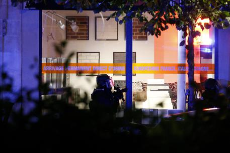 epa05023947 French Special Forces approach the scene of a hostage situation at the Bataclan theatre in Paris, France, 13 November 2015. Dozens of people have been killed in a series of attacks in the French capital Paris, with a hostage-taking also reported at a concert hall.  EPA/YOAN VALAT
