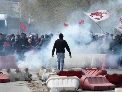 Gli scontri tra polizia e manifestanti che protestano contro Matteo Renzi a Napoli, 6 aprile 2016       (ANSA/FUSCO)