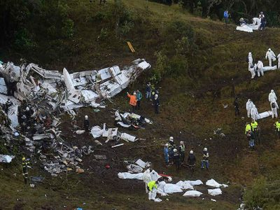 I rottami dell'aereo precipitato e i soccorritori - La Union, Colombia, 29 novembre 2016 (RAUL ARBOLEDA/AFP/Getty Images)