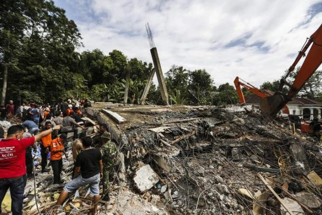 epa05663386 Indonesian rescuers use an excavator to serch for victims after an earthquake struck Pidie Jaya district, Aceh, Indonesia, 07 December 2016. According to media reports, at least 25 people were killed as a strong quake rocked Aceh in the early morning of 07 December. According to the United States Geological Survey (USGS), the shallow 6.5 magnitude earthquake struck Aceh province of Sumatra island. No tsunami alert was issued in the wake of the earthquake.  EPA/HOTLI SIMANJUNTAK