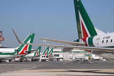 Aerei Alitalia stazionano nei parcheggi dell'aeroporto di Fiumicino pronti al decollo, in un'immagine d'archivio. ANSA/ TELENEWS