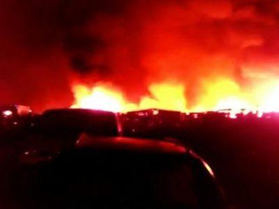 Un incendio di vaste proporzioni nel cosiddetto 'Gran Ghetto' di Rignano, a pochi chilometri da San Severo (Foggia), dove alloggiano nelle baracche centinaia di migranti impegnati nella raccolta dei prodotti agricoli. Sul posto sono intervenuti otto mezzi dei vigili del fuoco per spegnere le fiamme, oltre a pattuglie di carabinieri e polizia. Nell'incendio sono andate distrutte circa 80 baracche, 2 dicembre 2016. ANSA/CAUTILLO