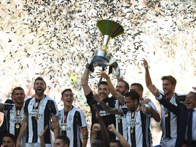 "Juventus' players celebrate with the trophy after winning the Italian Serie A football match Juventus vs Crotone and the ""Scudetto"" at the Juventus Stadium in Turin on May 21, 2017. First-half goals from Mario Mandzukic and Paulo Dybala, and a late header from Alex Sandro sealed a 3-0 win over Crotone to hand Juventus a record sixth consecutive Serie A title today. / AFP PHOTO / Filippo MONTEFORTE        (Photo credit should read FILIPPO MONTEFORTE/AFP/Getty Images)"