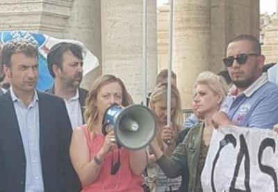 giorgia-meloni-leader-di-fdi-durante-il-flash-mob-contro-la-raggi_1370485