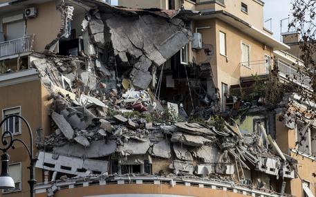 Lo stabile sul lungotevere Flaminio dove tre piani sono crollati, Roma, 22 gennaio 2016. ANSA/MASSIMO PERCOSSI