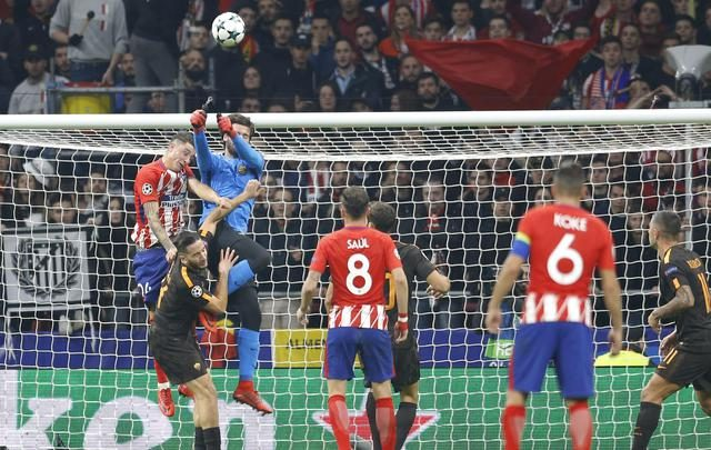 Roma goalkeeper Alisson jumps for the ball next to Atletico's Jose Maria Gimenez during a Champions League group C soccer match between Atletico Madrid and Roma at the Wanda Metropolitano stadium in Madrid, Wednesday, Nov. 22, 2017. (ANSA/AP Photo/Francisco Seco) [CopyrightNotice: Copyright 2017 The Associated Press. All rights reserved.]