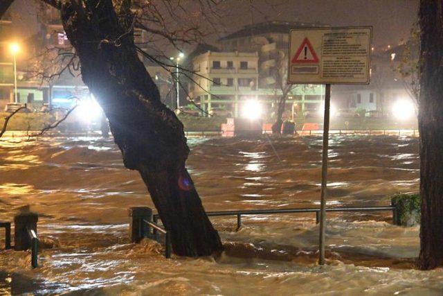 Tracima il fiume Entella nella parte finale tra Chiavari e Lavagna. L'allerta meteo è stata prorogata a domani 12 dicembre. 11 dicembre 2017 a Genova. ANSA/LUCA ZENNARO