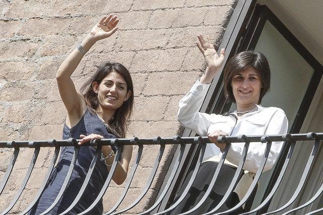 La sindaca di Roma Virginia Raggi (S) e quella di Torino Chira Appendino affacciate al balcone di Palazzo Senatorio, Roma, 13 Settembre 2016. ANSA/GIUSEPPE LAMI