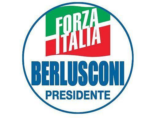 """Roma, 7 gen. (askanews) - L'ex presidente del Consiglio, Silvio Berlusconi, ha presentato il simbolo di Forza Italia che verrà utilizzato per le prossime elezioni politiche. """"Oggi - si legge sul profilo twitter di Berlusconi - vi auguro #BuonaDomenica mostrandovi in anteprima il nostro simbolo per le #elezioni del 4 marzo. Anche con questa nuova legge elettorale votare è molto facile: basta barrare il logo di Forza Italia!"""".  Il simbolo, racchiuso in un cerchio, include nella parte alta, il tradizionale logo tricolore di Forza Italia e, nella parte inferiore, la scritta """"Berlusconi presidente"""" in caratteri azzurri. Tale scritta potrebbe essere oggetto di contestazione in quanto il fondatore di Fi non si può candidare almeno fino al 2019."""