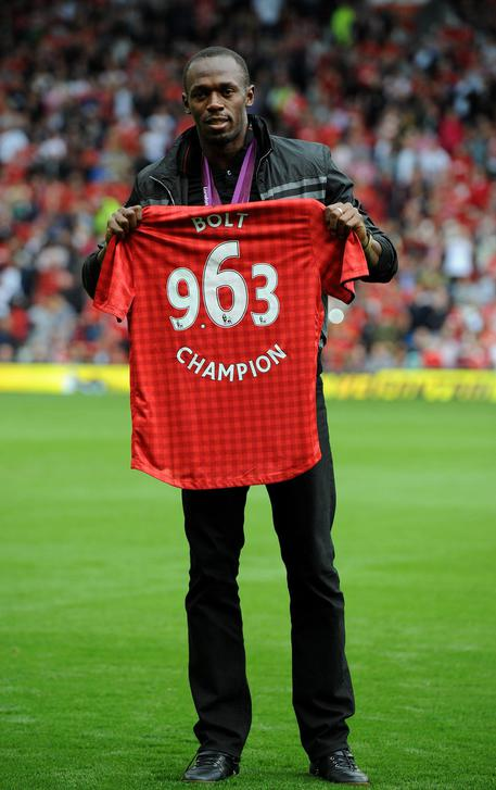 epa03369632 Jamaica's Usain Bolt makes a guest appearance before kick off of the English Premier League soccer match Manchester United against Fulham at Old Trafford Manchester, Britain, 25 August 2012.  EPA/PETER POWELL DataCo terms and conditions apply.  http//www.epa.eu/downloads/DataCo-TCs.pdf