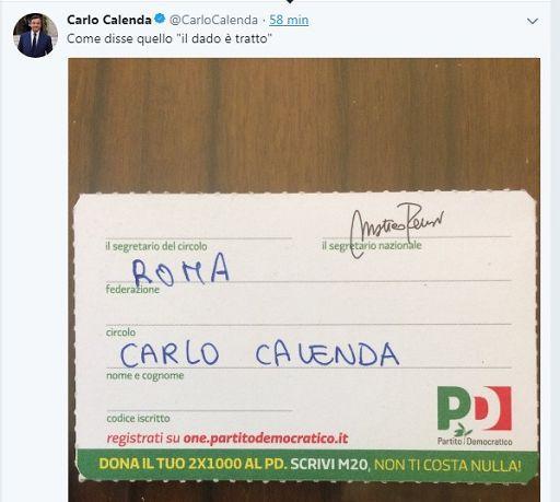 """Roma, 7 mar. (askanews) -  Come annunciato ieri su twitter Carlo Calenda si è iscritto al Pd. Questa mattina il ministro dello Sviluppo economico si è recato nella sede del partito di Largo Nazareno e ha preso la tessera. Ad accoglierlo, il vicesegretario dem Maurizio Martina (Matteo Renzi non c'è). Calenda ha anche visitato la redazione di Democratica. Calenda ha anche pubblicato su Twitter la foto della sua tessera: """"Come disse quello 'il dado è tratto'"""", scrive il ministro.  Il profilo Twitter del Pd pubblica a sua volta una foto del vicesegretario Maurizio Martina con Calenda, che tiene in mano la tessera. """"Benvenuto"""", è il messaggio dei Dem."""