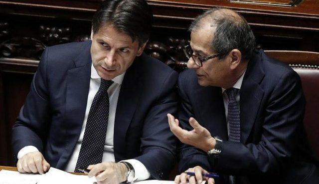Giuseppe Conte (S), presidente del Consiglio, e Giovanni Tria, ministro dell'Economia, durante il dibattito sul voto di fiducia al governo nell'Aula della Camera, Roma, 6 giugno 2018. ANSA/RICCARDO ANTIMIANI