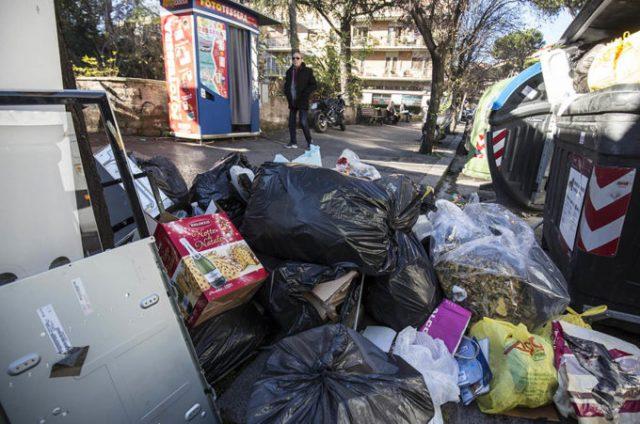 Foto LaPresse - Andrea Panegrossi 22/12/2017-Roma, Italia cronaca Emergenza rifuti   Photo LaPresse - Andrea Panegrossi 22/12/2017- Rome, Italy waste emergency