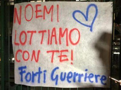 Un gruppo di persone manifesta la propria solidarietà fuori dall'ospedale pediatrico Santobono di Napoli, alla piccola Noemi rimasta gravemente ferita per errore nell'agguato di venerdì scorso, a Napoli 6 maggio 2019. ANSA